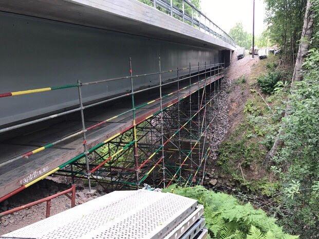 Priestove-lesenie-v-rokline-pod-mostom-2